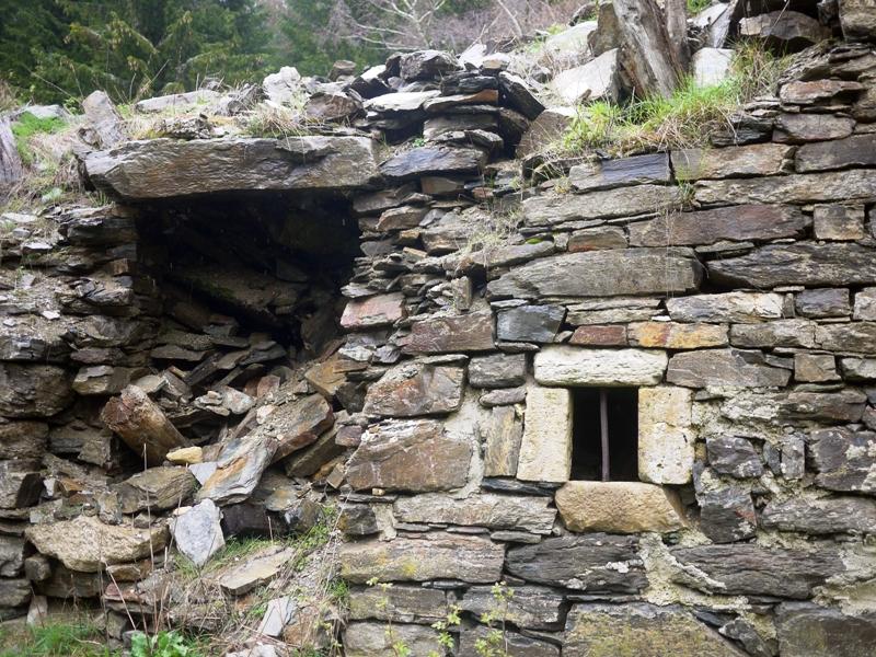 Le mur en ruine d'une maison de Serreméjean