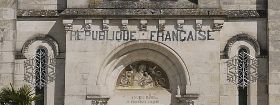 Sur la façade de l'église de Villedieu-sur-Indre